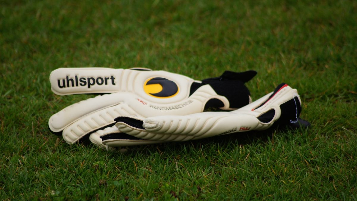 What are the Best Football Gloves and Why do Football Players Wear Them?